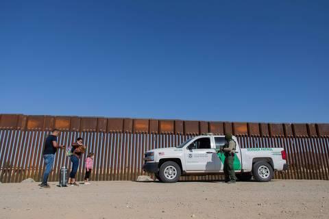 Brasileiros tentam rotas alternativas, e número de detidos na fronteira dos EUA atinge recorde histórico
