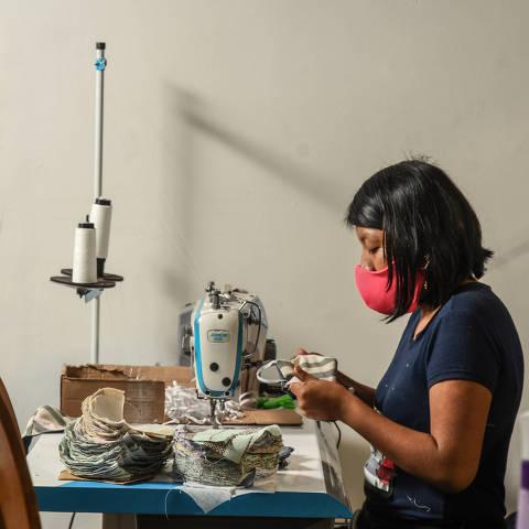 SÃO PAULO / SÃO PAULO / BRASIL -13 /08/20 - :00h - Movimento #EuCuido. O Movimento #EuCuido está fabricando máscaras de tecido para ajudar no combate à pandemia d do novo coronavírus. A produção é feita por integrantes de 22 famílias em situação de vulnerabilidade, imigrantes e refugiadas, e 24 detentas do presídio feminino do Butantã. A fábrica funciona num galpão na Vila Leopoldina. As máscaras são comercializadas pela Drogaria SP, uma das empresas parceiras da ação, a R$ 6,50 a unidade. A cada máscara comprada, uma é doada para famílias em situação de vulnerabilidade social. A compra e doação também podem ser feitas pelo site do movimento. Pela mesma plataforma as instituições que necessitam de máscaras fazem a inscrição e as pessoas físicas ou jurídicas compram e doam. Já foram distribuídas mais de 43.000 máscaras. O objetivo é chegar a 500 mil. As participantes do projeto também recebem apoio psicológico gratuito. Olívia Aguilar, 25, boliviana. ( Foto: Karime Xavier / Folhapress) . ***EXCLUSIVO***COTIDIANO