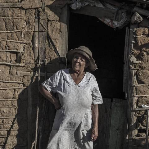 CARUAU - PE - 22.08.2018 - Maria do Carmo da Silva, 77, tem cisterna, mas está vazia. Exército não coloca água em área rural de Caruaru. (Foto Danilo Verpa, MERCADO)