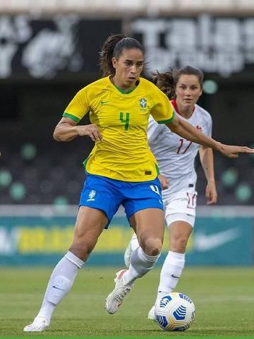 Disputa de bola durante amistoso entre Brasil e Canadá, na Espanha