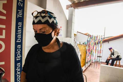 SÃO PAULO / SÃO PAULO / BRASIL -12 /06/21 - :00h - Depois de cerrar as portas, restaurante Soteropolitano vira delivery na casa do proprietário. Júlio Valverde, 77 anos, construiu uma cozinha na edícula e passou a vender suas moquecas e acarajés por delivery próprio, só aos fins de semana Júlio trabalha com a sua esposa, a Deborah   ( Foto: Karime Xavier / Folhapress) . ***EXCLUSIVO***COMIDA