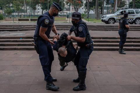 SÃO PAULO, SP, BRASIL, 10-06-2021: Policiais da GCM prendem suspeito de ter furtado um celular, na estação da Luz, no centro de São Paulo. Folha mostrar o aumento de tensão entre a polícia/GCM e os usuários na cracolândia. O MPSP entrou com ação contra os abusos da GCM na semana passada, mas nos últimos meses têm rolado uma rotina de embates entre a segurança pública e o fluxo. (Foto: Bruno Santos/ Folhapress, COTIDIANO) ***EXCLUSIVO***
