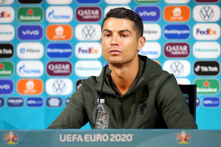 Cristiano Ronaldo em entrevista coletiva com a garrafa de água