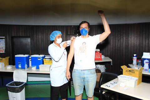 Heitor Martinez é vacinado contra a Covid-19 no Rio