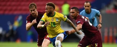 TOPSHOT - Brazil's Neymar (C) and Venezuela's Bernaldo Manzano (R) struggle for the ball during their Conmebol Copa America 2021 football tournament group phase match at the Mane Garrincha Stadium in Brasilia on June 13, 2021. (Photo by EVARISTO SA / AFP)