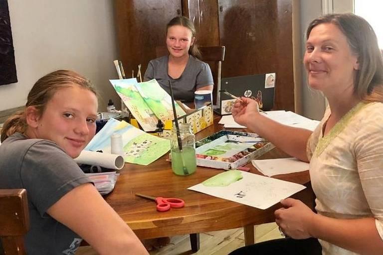Elizabeth Hunter (à direita) utiliza os períodos de silêncio enquanto sua família está dormindo para fazer seu trabalho focado