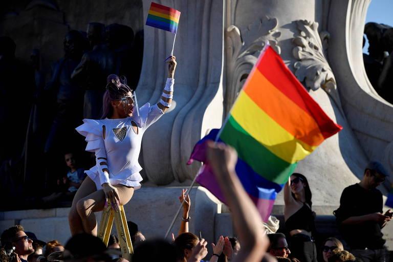 Hungria aprova lei que proíbe conteúdos considerados pró-LGBT para crianças