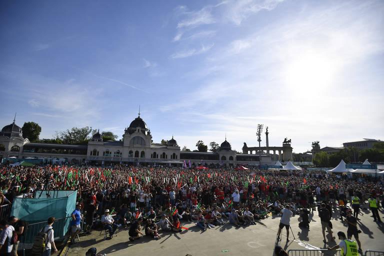 Multidão nos arredores do estádio de Budapeste para o jogo entre Hungria e Portugal pela Eurocopa