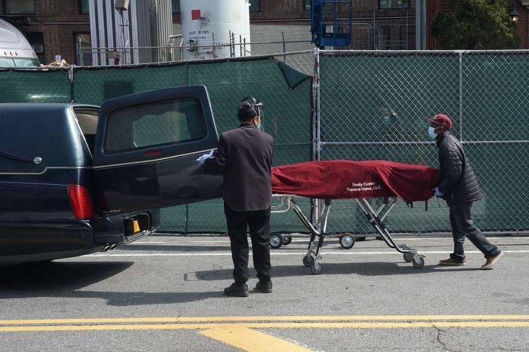 Corpo de vítima da Covid-19 é transportado no bairro do Brooklyn, em Nova York