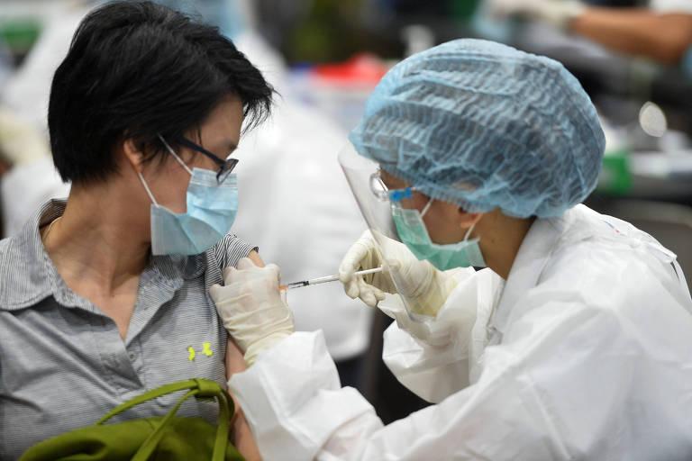 Mulher recebe dose de vacina contra o coronavírus na cidade de Bancoc, na Tailândia