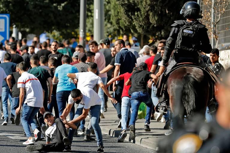 Forças de segurança de Israel dispersam palestinos em local próximo ao Portão de Damasco, em Jerusalém Oriental