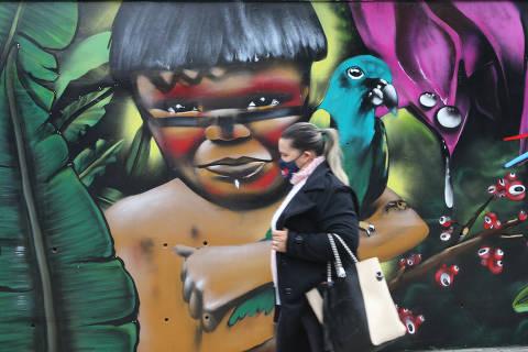 SAO PAULO, SP, 15/06/2021, BRASIL - PAINEIS DE GRAFITE VAO COLORIR MURO DAS ESTACOES DE TTRENS DA CPTM - 09:30:24 - As cores e tracos de paineis de grafite vao estampar muros externos de estacoes de trens da CPTM. A iniciativa, parceria da CPTM com o MAR (Museu de Arte) da Secretaria Municipal de Cultura de Sao Paulo, pretende revitalizar os espacos urbanos aos arredores das estacoes. Grafite em muro da estacao Engenheiro Goulart. (Rivaldo Gomes/Folhapress, NAS RUAS)