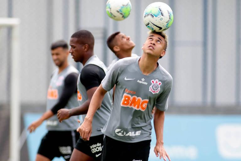 Cantillo durante treino no Corinthians no CT do Parque Ecológico