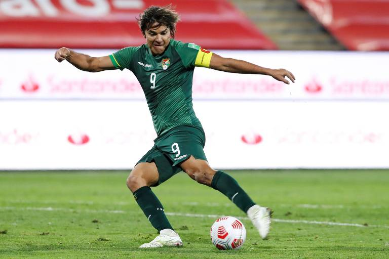 Atacante Marcelo Moreno durante partida pela seleção da Bolívia contra o Chile, pelas Eliminatórias