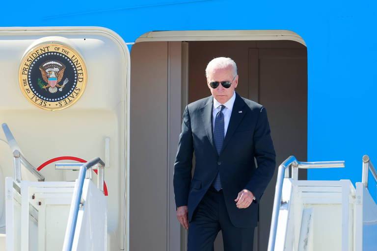 Biden deixa o avião presidencial após aterrissar no aeroporto de Genebra, cidade onde irá se encontrar com Putin