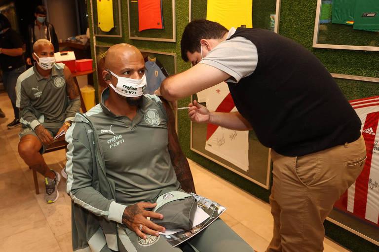 Volante Felipe Melo, do Palmeiras, recebe vacina contra a Covid-19, na sede da Conmebol, no Paraguai