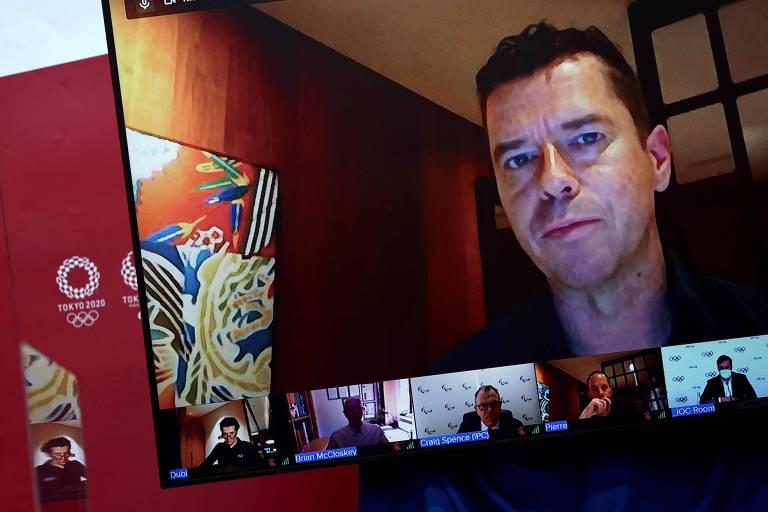 O diretor esportivo Kit McConnell fala durante entrevista coletiva do Comitê Olímpico Internacional