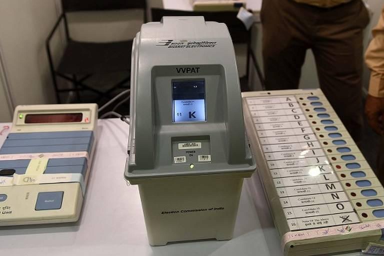 Urna eletrônica utilizada na Índia, com voto impresso, semelhante à máquina proposta em legislação que tramita no Congresso.