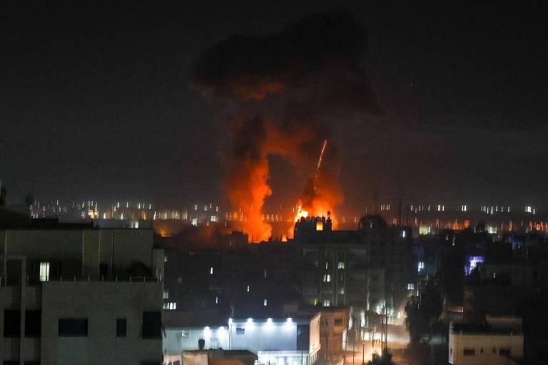 Duas colunas de fogo e fumaça se erguem entre prédios