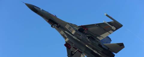 (160913) -- ESTRECHO DE BASHI, septiembre 13, 2016 (Xinhua) -- Un avión de combate J-11 de la Fuerza Aérea de China, vuela hacia el Pacífico Occidental, vía el Canal de Bashi, para un ejercicio de simulación de combate de rutina, el 12 de septiembre de 2016. La Fuerza Aérea de China el lunes mandó múltiples modelos de aeronaves, incluyendo bombarderos H-6K, aviones de combate Su-30, y aviones cisterna, para el ejercicio. La flota condujo actividades de reconocimiento y advertencia temprana, vuelo sobre la superficie del mar, reabastecimiento de combustible en vuelo y completaron todos los objetivos del simulacro. (Xinhua/Fan Yishu) (rtg)