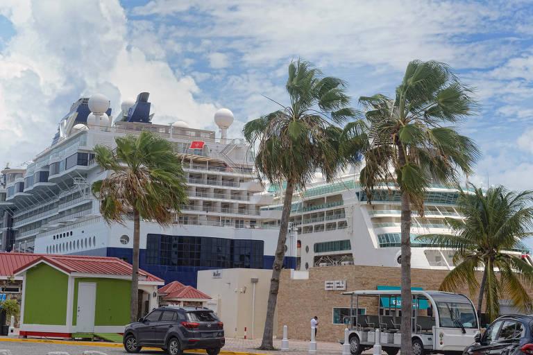O Celebrity Millennium, à esquerda, operado pela Royal Caribbeans Celebrity Cruises, parado na ilha St. Maarten, no Caribe, no dia 5 de junho
