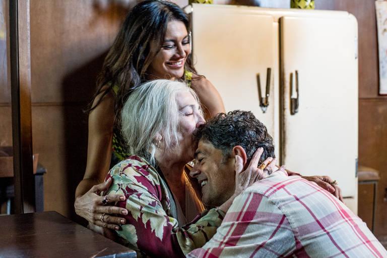 Carmen Maura em cena com Dira Paes e Eduardo Moscovis