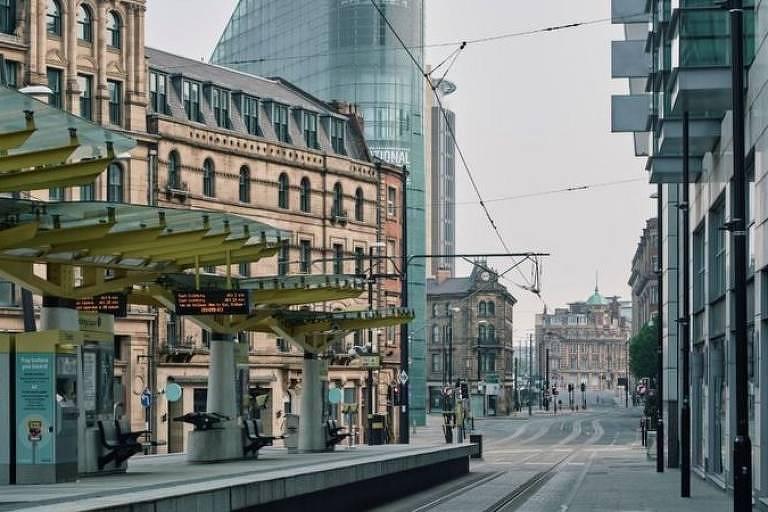 Rua e plataforma de transporte público vazias