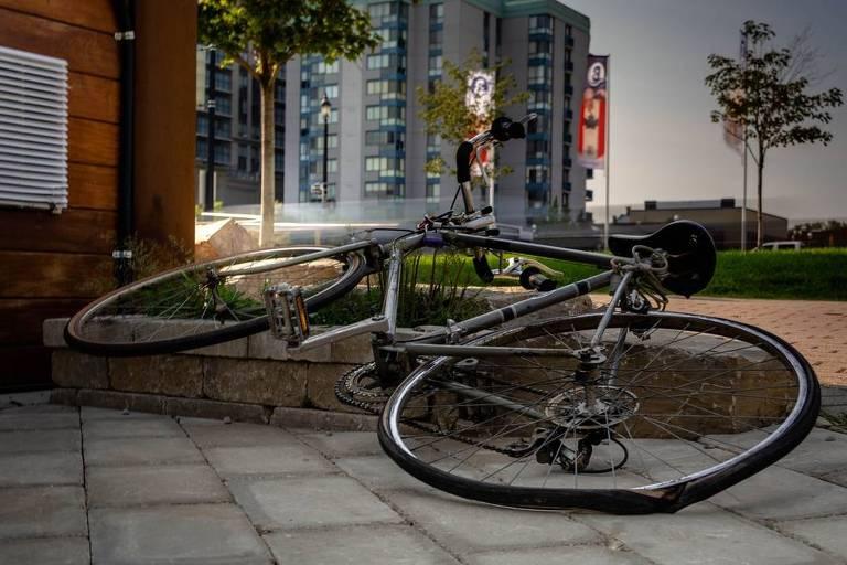 Bicicleta caída em calçada