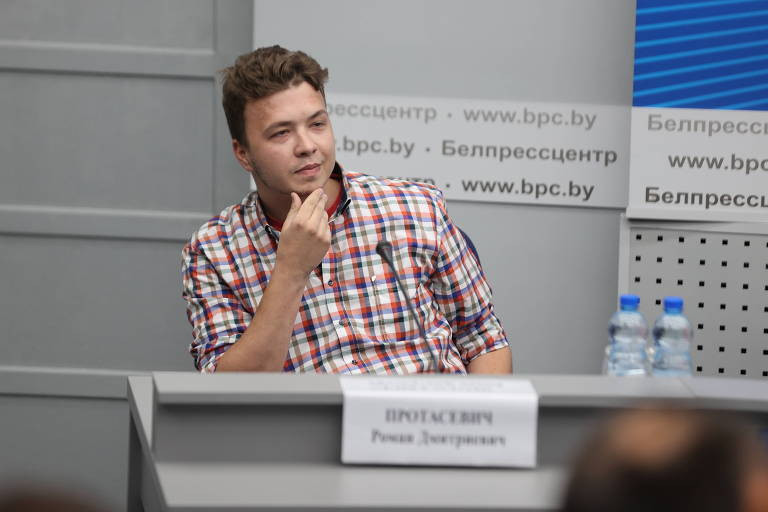 O jornalista belarusso Roman Protassevich participa de entrevista organizada pela ditadura da Belarus, que o acusa de três crimes e o mantém preso desde 23 de maio