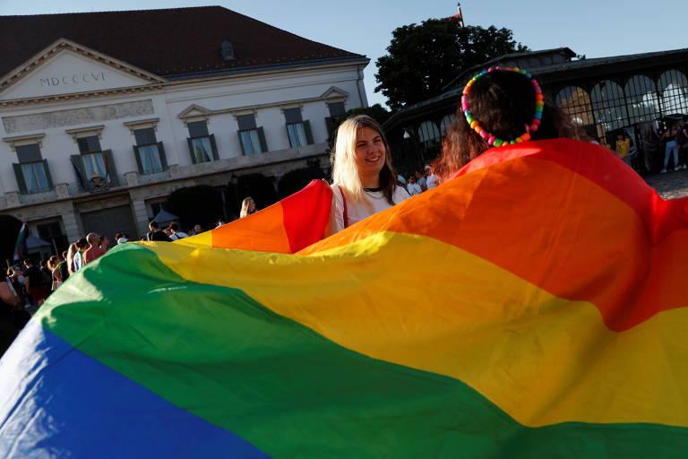 Protesto contra o banimento de conteúdo LGBTQIA+ em escolas na Hungria