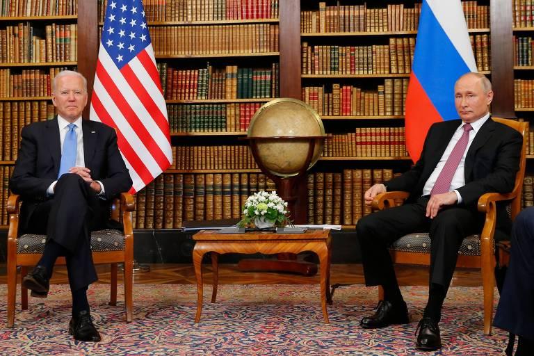 Os presidentes de EUA, Joe Biden, à esq., e Rússia, Vladimir Putin, na biblioteca da Villa la Grande, em Genebra, na Suíça
