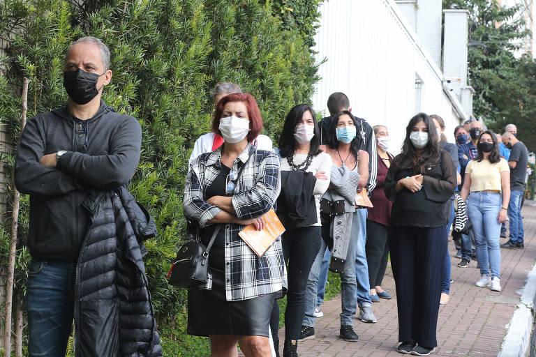 Paulistanos enfrentam até duas horas de espera para vacinar