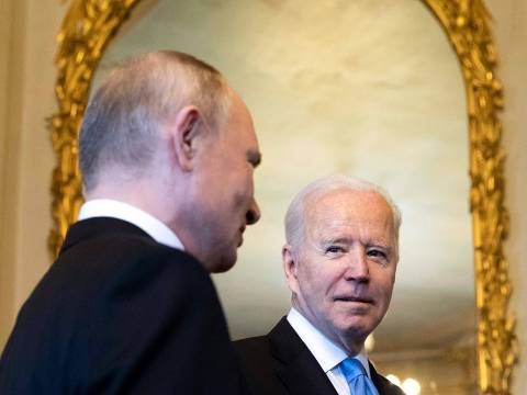 US President Joe Biden (R) talks to Russian President Vladimir Putin prior to the US-Russia summit at the Villa La Grange, in Geneva on June 16, 2021. (Photo by PETER KLAUNZER / POOL / AFP) ORG XMIT: APA-041:PK116