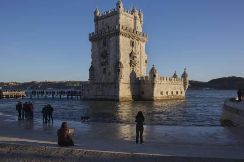 LISBOA, PORTUGAL. 07/11/2017. Turistas visitam a Torre de Belém as margens do rio Tejo em Lisboa. ( Foto: Lalo de Almeida/ Folhapress ) ILUSTRADA  *** EXCLUSIVO FOLHA***