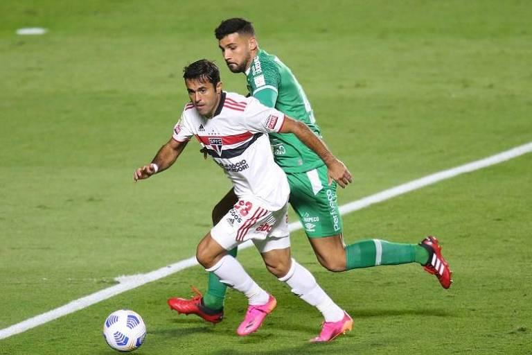 Eder disputa a bola durante partida entre São Paulo e Chapecoense pelo Brasileiro