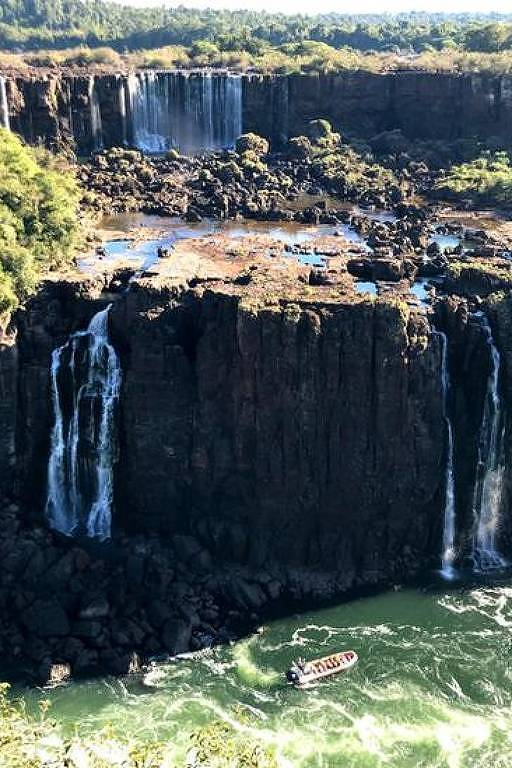 Cataratas do Iguaçu em 13 de junho; queda d'água registra menor vazão do ano, agravada pelo desmatamento na bacia hidrográfica