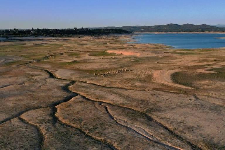 Em vista aérea, baixo nível das águas é visível no lago Folsom, na Califórnia