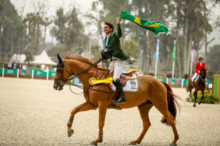 Marlon sobre o cavalo agitando a bandeira do Brasil