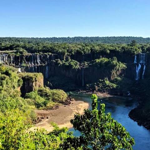 FOZ DO IGUACU, PR, Cataratas do Iguaçu em 13 de junho; vazão da água atingiu menor patamar do ano e deve continuar baixa nos próximos meses. (Foto:Karine Felipe/BBC News Brasil)