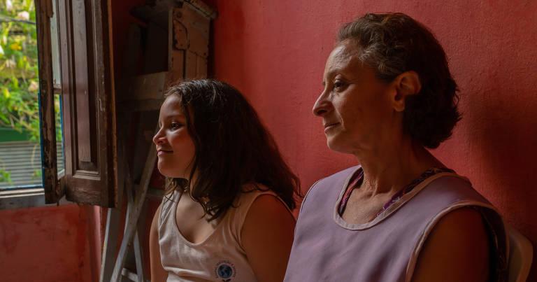 """Thalita Machado do Nascimento e Marcélia Cartaxo em cena do filme """"Helen"""", de André Meirelles Collazzo"""