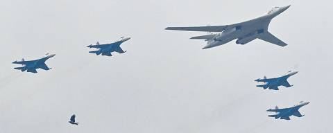 A Russian Tupolev Tu-160 strategic bomber and Su-35S jet fighters fly in formation over central Moscow during the Victory Day military parade on May 9, 2021. - Russia celebrates the 76th anniversary of the victory over Nazi Germany during World War II. (Photo by Kirill KUDRYAVTSEV / AFP)
