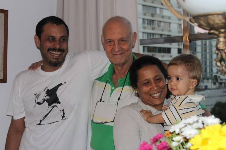 Gláucio Ary Dillon Soares (1934-2021) com o filho, Andrei, a esposa, Dayse, e o neto, Heitor