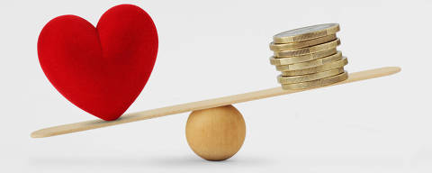 Heart and money on balance scale - Concept of love priority in life Arquivo: #240253329 |  Fotor: calypso77 / Fotolia * amor x dinheiro *