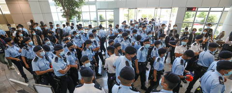 Police officers gather at the headquarters of Apple Daily in Hong Kong, China June 17, 2021. Apple Daily/Handout via REUTERS  ATTENTION EDITORS - THIS IMAGE WAS PROVIDED BY A THIRD PARTY. NO RESALES. NO ARCHIVES. HONG KONG OUT. TAIWAN OUT. ORG XMIT: PEK12