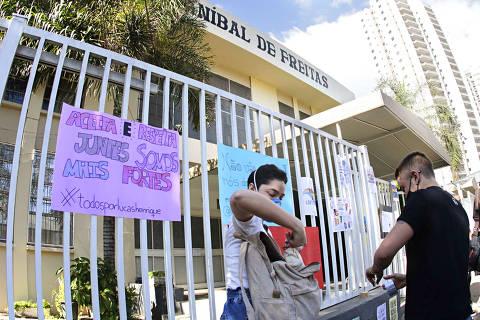 Campinas (SP), 17/06/2021 - Ato Discriminação - Ato em frente a escola Anibal de Freitas, na manha desta quinta-feira (17), na cidade de Campinas (SP). (Foto: Denny Cesare/Código 19/Agência O Globo)