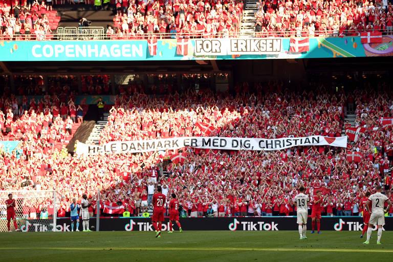 Torcedores e jogadores fazem um minuto de aplauso em homenagem a Christian Eriksen