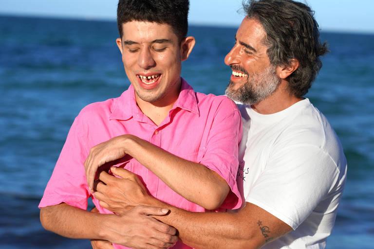 O apresentador Marcos Mion com o filho Romeo na praia