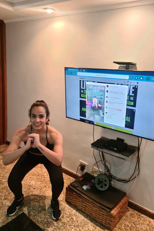A estudante Nataly Debora Manfrim, 31, fazendo ginástica em casa