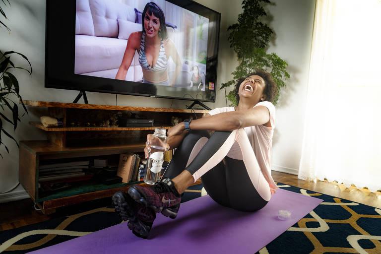 A jogadora de vôlei Natália Martins faz ginástica em casa