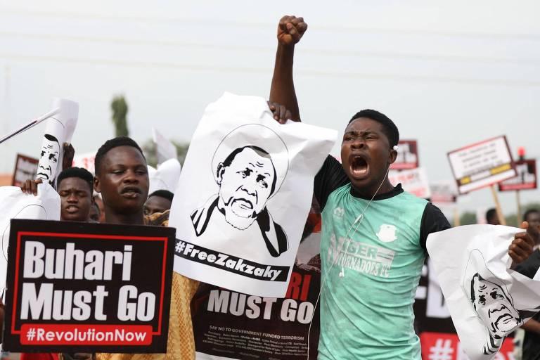 Manifestantes pedem a saída do presidente Muhammadu Buhari em protesto em Abuja, capital da Nigéria